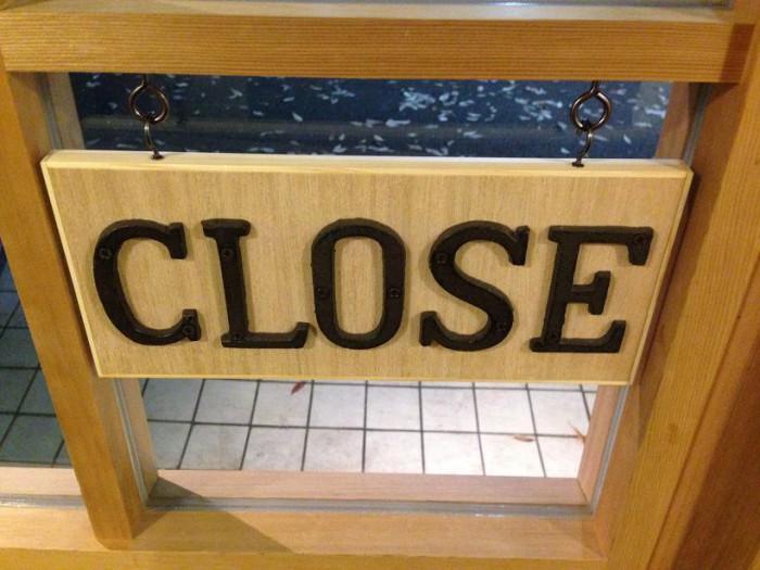 """""""OPEN""""と""""CLOSE""""の看板"""